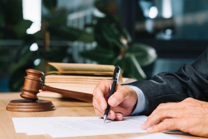מה עליך לטעון להגנתך במשפט פלילי? דע מהן זכויותיך